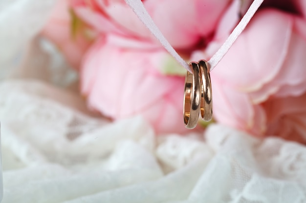 Chiuda sulla vista degli anelli di cerimonia nuziale dorata di accoppiamenti