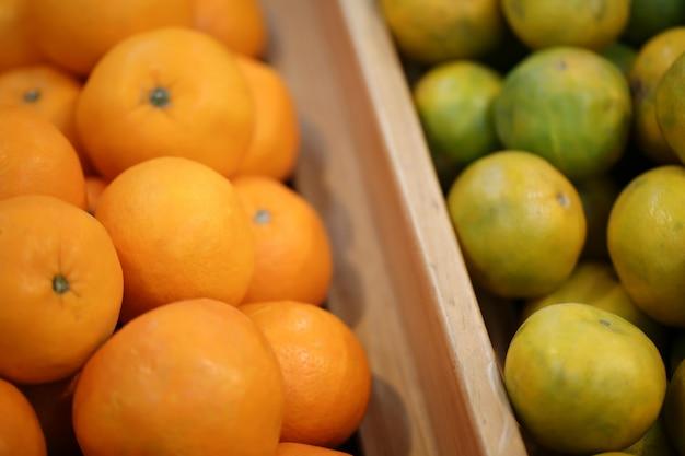 Chiuda sulla vista dei frutti arancioni sullo scaffale nel supermercato.