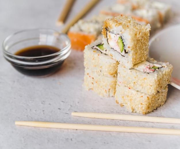 Chiuda sulla vista dei sushi impilati