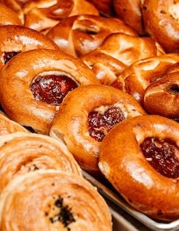 Chiuda sulla vista del panino con inceppamento sul vassoio