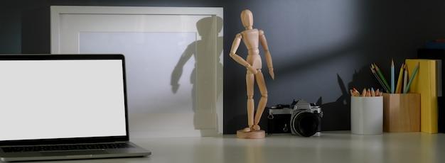 Chiuda sulla vista dell'area di lavoro alla moda con lo spazio della struttura, della macchina fotografica, delle decorazioni e della copia del modello