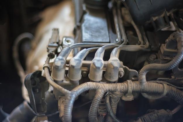 Chiuda sulla vista della bobina di accesione del motore di automobile.