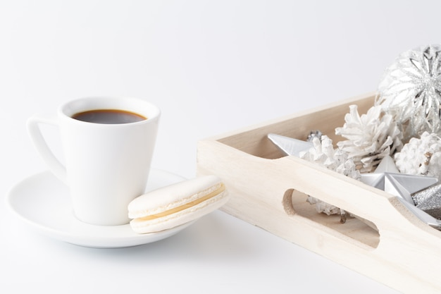 Chiuda sulla vista della decorazione di chistmas in vassoio e piccola tazza di caffè