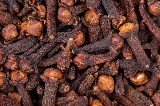 Chiuda sulla vista della spezia organica asciutta del chiodo di garofano