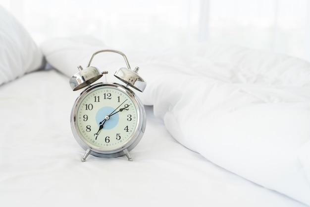 Chiuda sulla vista della sveglia nella mattina, sveglia il concetto