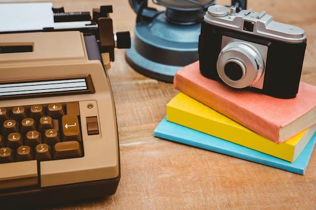 Chiuda sulla vista della vecchia macchina fotografica e dello scrittore