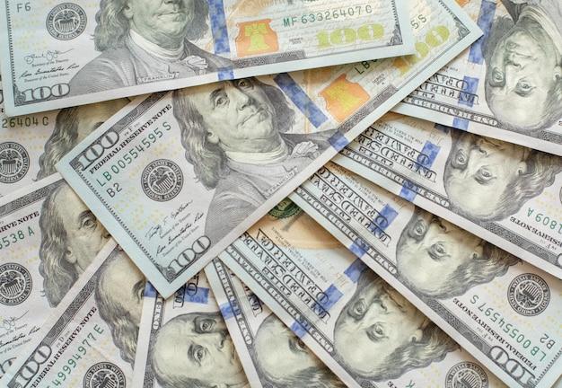 Chiuda sulla vista delle banconote in dollari del denaro contante nell'importo