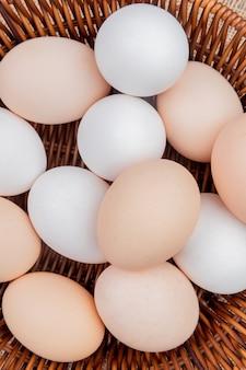 Chiuda sulla vista delle uova di pollo su un secchio sul fondo del panno di sacco