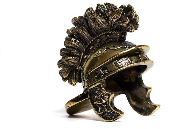 Chiuda sulla vista di piccolo casco romano miniatura isolato su una priorità bassa bianca.