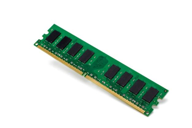 Chiuda sulla vista di un chip di memoria del personal computer isolato su una priorità bassa bianca.