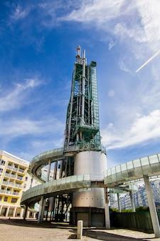 Chiuda sulla vista di un complesso di raffineria disattivato, torre di distillazione situata a lisbona, portogallo.