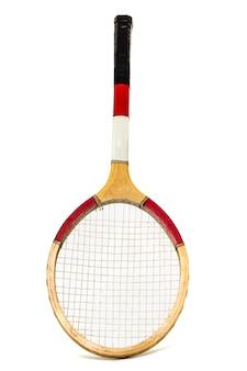 Chiuda sulla vista di una racchetta di tennis isolata su una priorità bassa bianca.