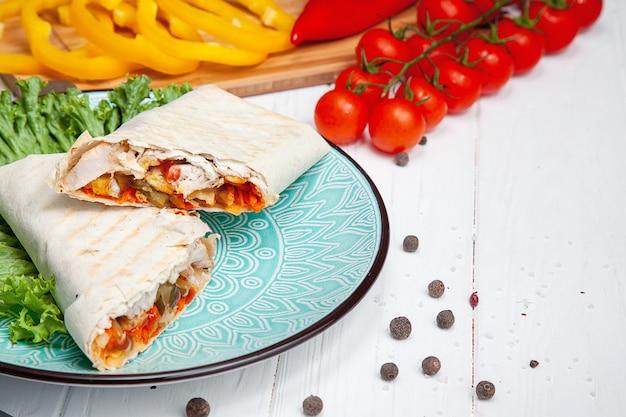 Chiuda sulla vista su shawarma arabo tradizionale