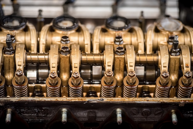 Chiuda sulla vista superiore del blocco pistoni delle intestazioni delle parti del motore e dell'ingranaggio a catena.