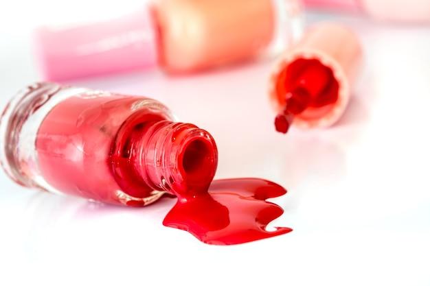 Chiuda sulle bottiglie del lucido luminoso di modo di colore, dei cosmetici e del concetto di arte dello smalto di bellezza
