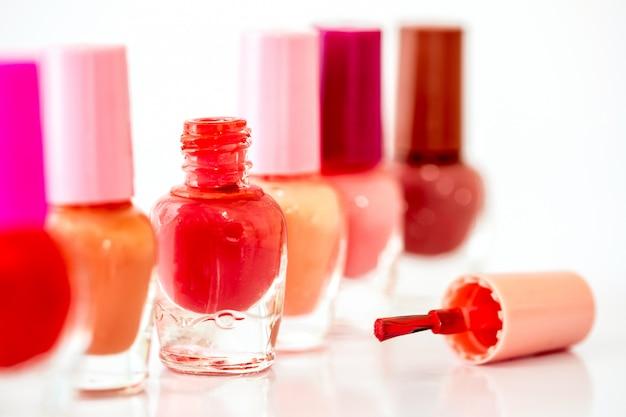 Chiuda sulle bottiglie dello smalto brillante di modo di colore