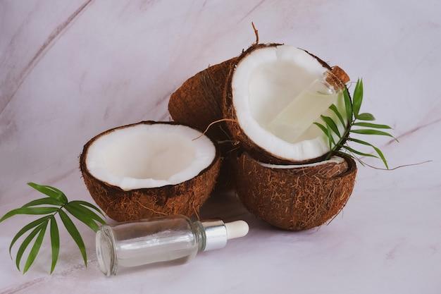 Chiuda sulle bottiglie di vetro del fuoco selettivo con olio di cocco