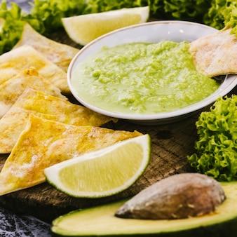 Chiuda sulle fette del limone con gli elementi defocused