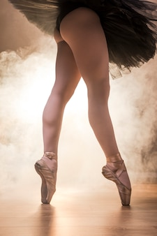Chiuda sulle gambe della ballerina di misura