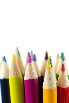 Chiuda sulle matite di colore isolate su fondo bianco