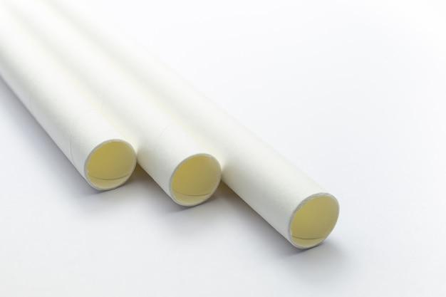 Chiuda sulle paglie del libro bianco che pongono il piano isolato su fondo bianco.