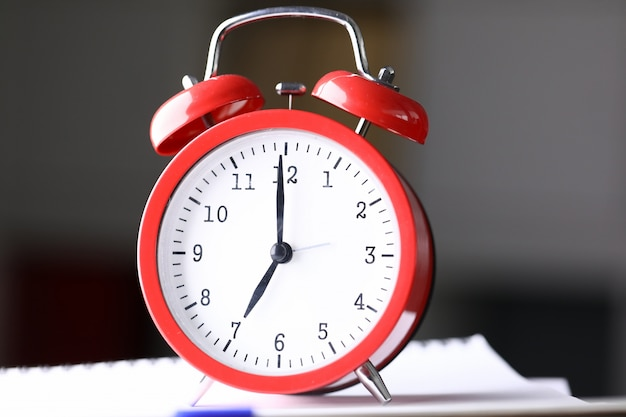 Chiuda sulle scadenze di riunione della sveglia rossa della tavola