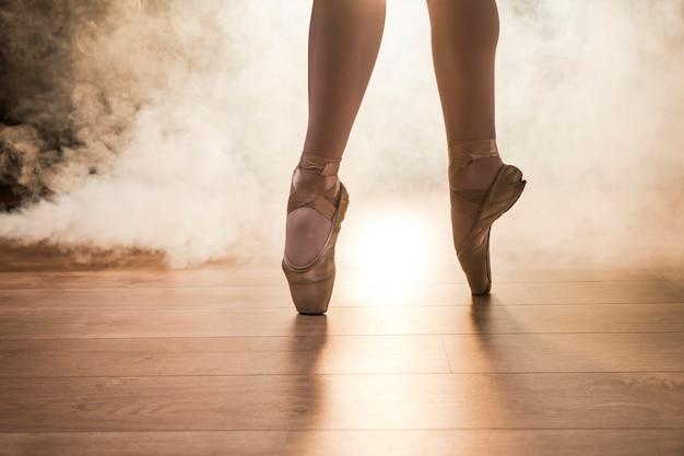 Chiuda sulle scarpe del pointe in fumo