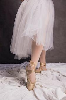 Chiuda sulle scarpe e sulla gonna del pointe della ballerina