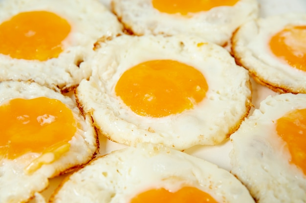 Chiuda sulle uova fritte con l'angolo alto