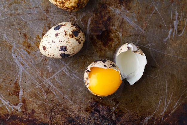 Chiuda sulle uova rotte con il fondo giallo del tuorlo
