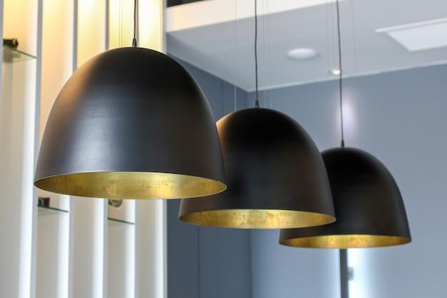 Chiuda sullo stile di lusso nero d'attaccatura della lampada da soffitto d'attaccatura