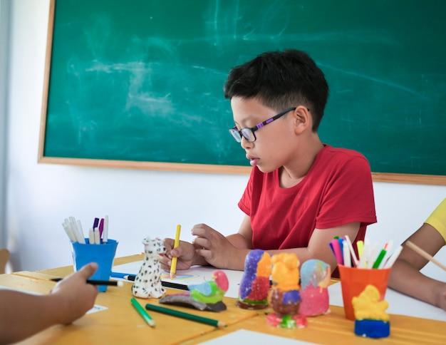 Chiuda sullo studente asiatico in aula.
