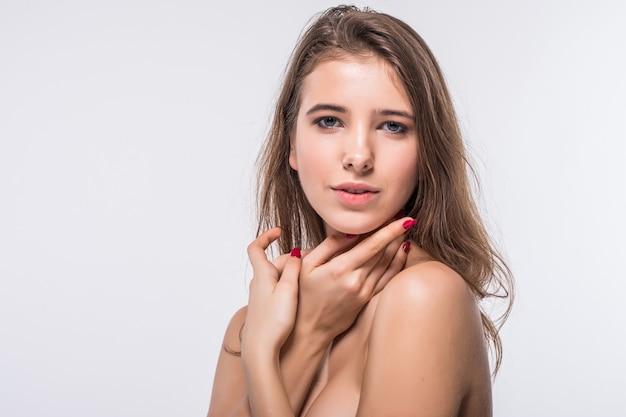Chiudere il ritratto di giovane ragazza bruna modello senza vestiti con acconciatura moda isolato su sfondo bianco