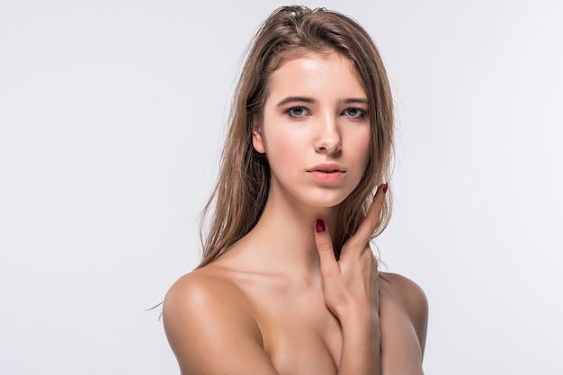 Chiudere il ritratto di piccola ragazza modello bruna senza vestiti con acconciatura moda isolato su sfondo bianco