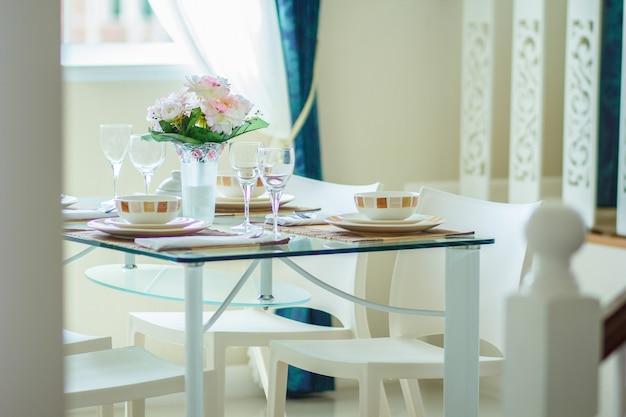 Chiudere l'interno della sala da pranzo accogliente in design moderno con tavolo da pranzo.