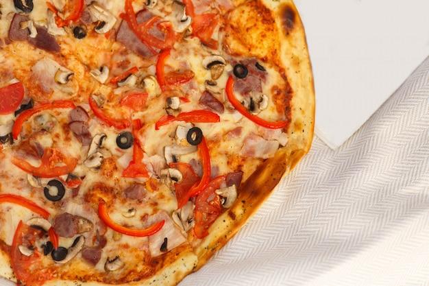 Chiudere la pizza sul panno bianco
