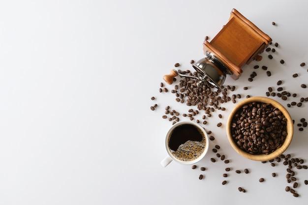 Chiudere la visualizzazione di chicchi di caffè con tazza di caffè e macinino