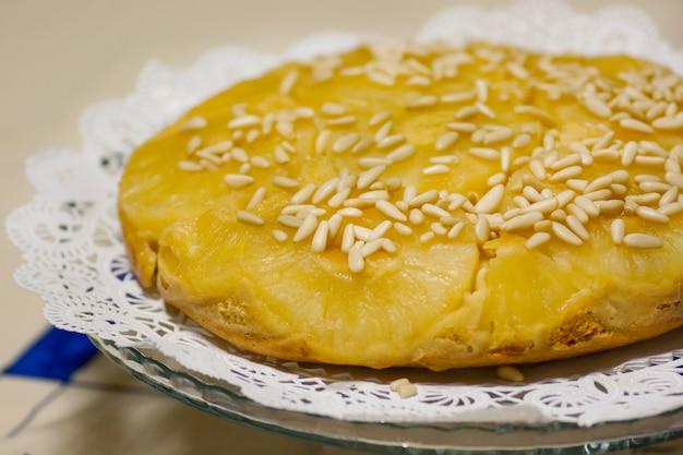 Chiudere la visualizzazione di una torta di ananas homemage decorata con pinoli.
