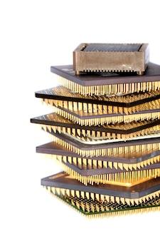 Chiudere visualizzare i dettagli di alcuni microprocessori di computer isolati su uno sfondo bianco.