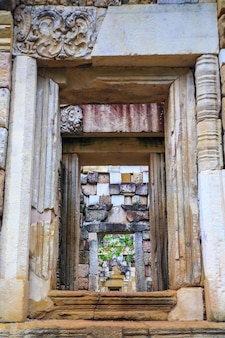 Chiudi la porta esterna e il muro di prasat sadok kok thome è un tempio khmer a thaila