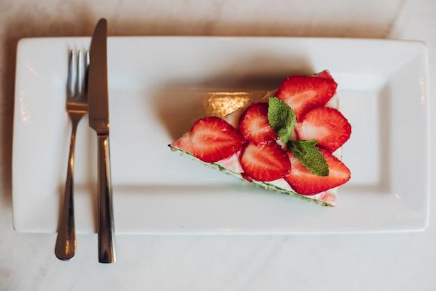 Chiudi vista dall'alto di gustoso e delizioso pezzo di torta.
