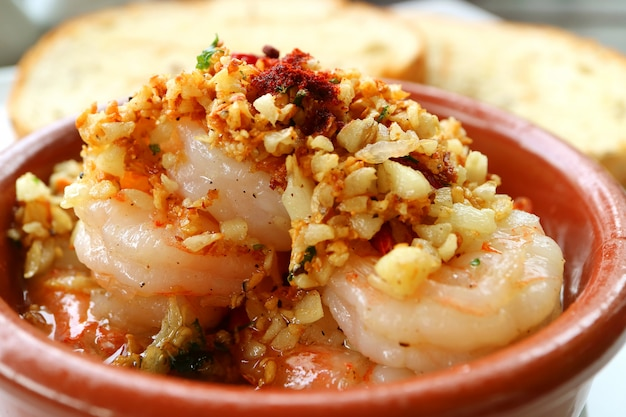 Chiuso in su di gamberetti all'aglio di stile spagnolo mouthwatering o gambas al ajillo
