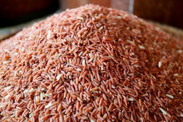 Chiuso su mucchio di raw deep red thai sangyod rice o sangyod muang phatthalung rice