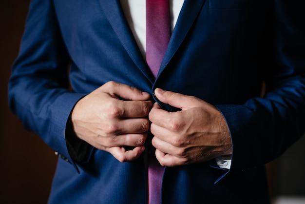 Chiusura di una giacca, groom in una giacca, una giacca, uomo in una giacca