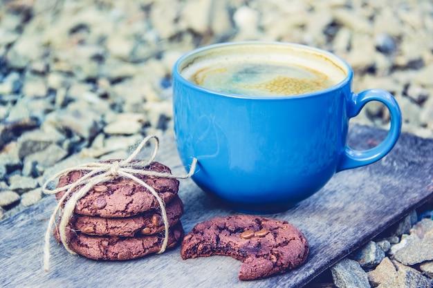 Chocolate chip cookies fatti in casa e tazza di caffè