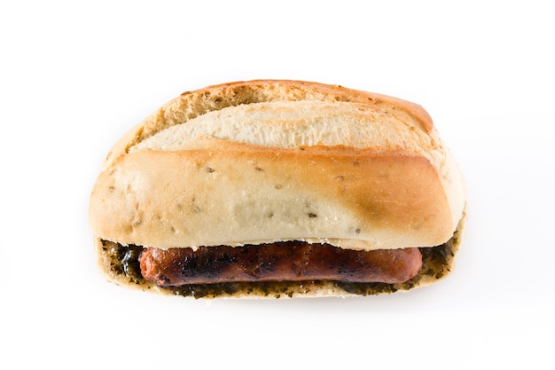 Choripan. panino tradizionale dell'argentina con la salsa di chimichurri e del chorizo isolata
