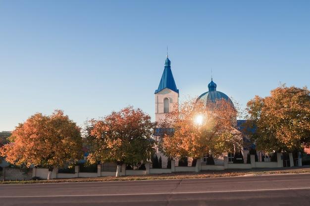 Christian church sulla strada al tramonto.