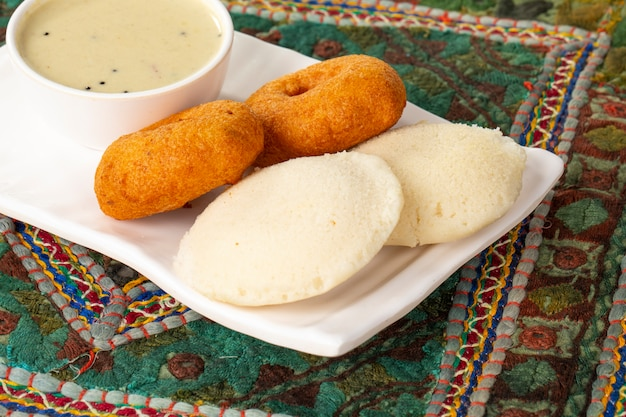 Chutney di idli, sambar, vada e cocco, colazione indiana del sud