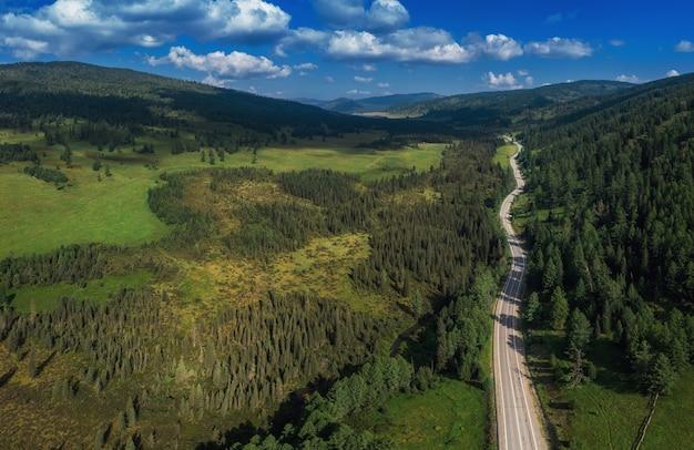 Chuysky trakt road nelle montagne altai