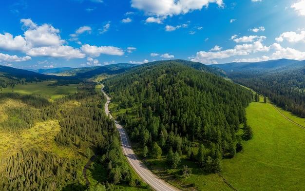 Chuysky trakt road nelle montagne altai.